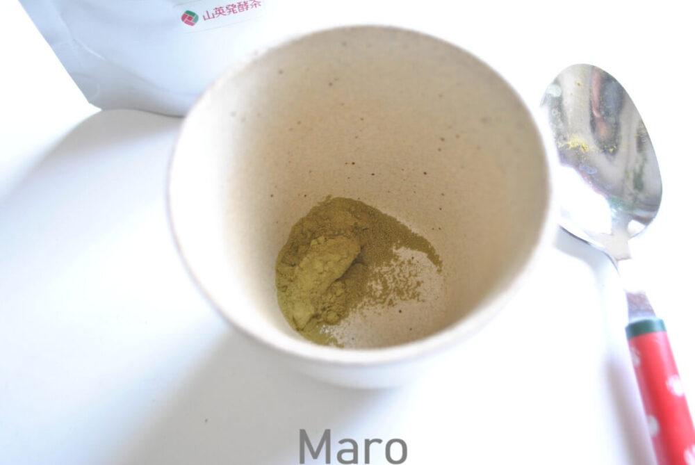 粉を茶わんに入れる